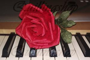 Красная роза из бумажных веревочек TwistArt
