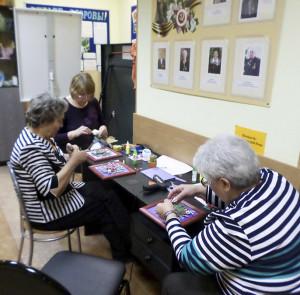 На мастер-классе в центре социального обслуживания «Орехово-Борисово Северное». В процессе изготовления картины в технике квиллинг